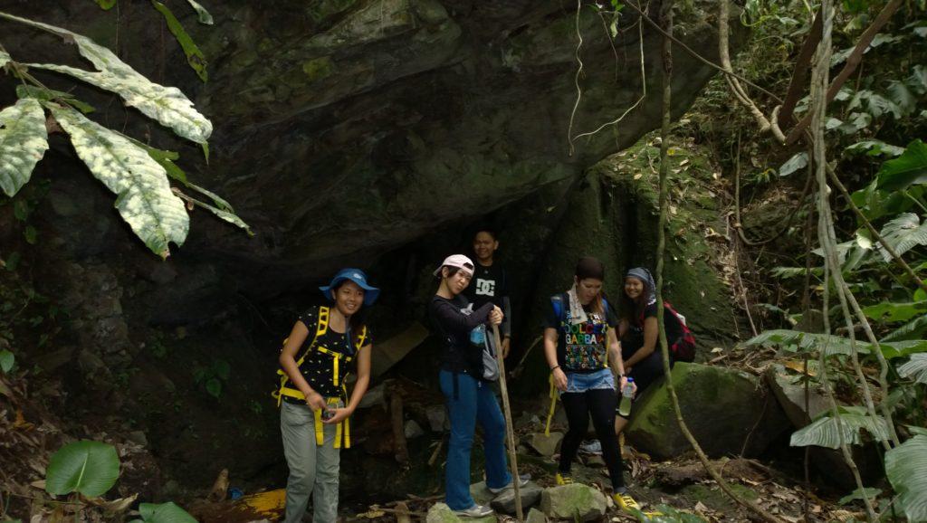The overhanging boulder